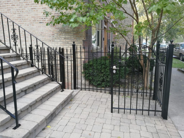 2017.10.30._Wicker_Par_railings_fence_stairs_rust_removal - Windy-Painters-.-Chicago-painter.-Wrought-iron-fence.-Railings.-Steps.-Rust-removal-and-refinishing.-Wicker-Park.-Bucktown-West-Town-4.jpg
